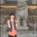 博物館大廳展示中國最大一件立獅,出土於武則天母親墳墓的陪葬品,後方是黃河壺口大瀑布