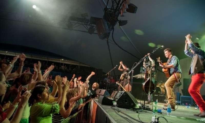 We Banjo Three Crowd