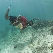 Pacific Islander diving for bêche-de-mer Photo: Juergen Freund/WWF