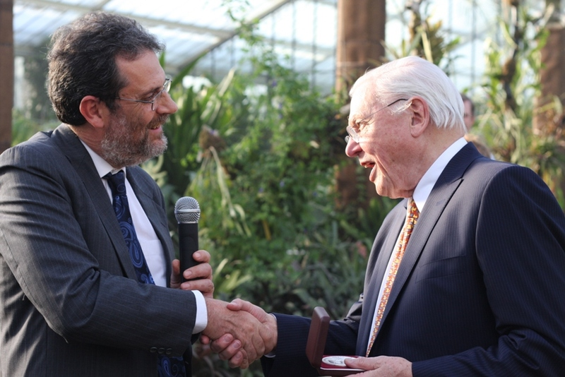 Dr Simon Stuart presents Sir David Attenborough with the John C. Phillips Memorial Medal. Photo: Jennifer Luedtke