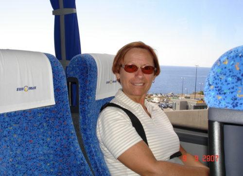 9 septembre 2007, Céline bien installée dans l'autocar qui nous mène à notre hôtel à Funchal sur l'île portugaise de Madère