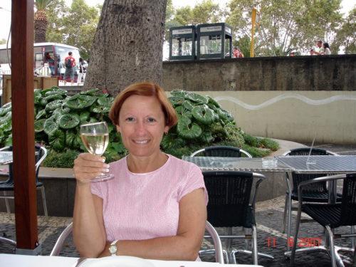 11 septembre 2007, un verre de vin blanc sur la terrasse de la piscine de notre hôtel à Funchal, Madère, Portugal.