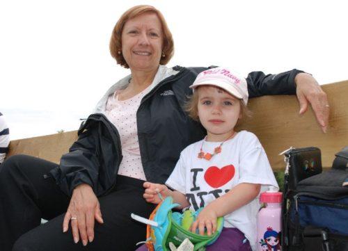 12 juin 2010, Céline avec Chloé dans des gradins de baseball