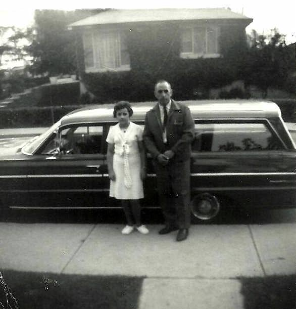 Céline avec son père devant leur voiture