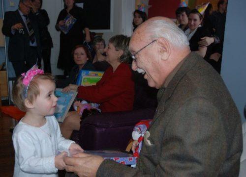 10 janvier 2010, Chloé et mon père lors du baptême de la petite