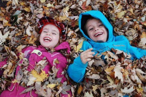 3 octobre 2010, moi et les enfants ramassons des feuilles
