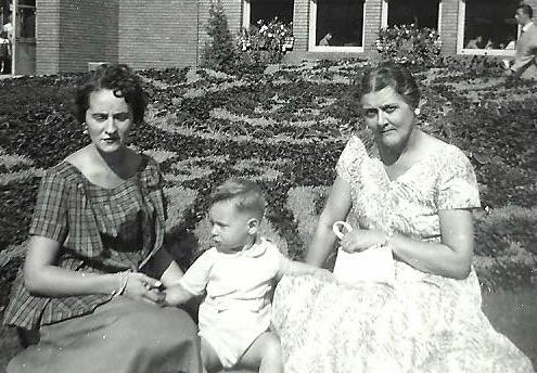 Maman, moi et ma grand-mère Lanciault au Jardin botanique de Montréal