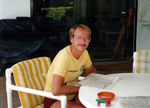 988... à Pompano en Floride. Conformément à la mode de l'époque, je porte la moustache. De plus, je fume, comme le démontre le paquet de Winston sur la table!