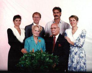 Une dernière photo de famille avec ma mère... Martine, moi, Daniel et Louise derrière nos parents!