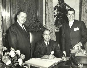 Le voici d'ailleurs lors de la signature d'une convention collective avec messieurs Gérard Niding et Gérard Shanks.