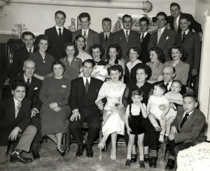 Lors des fiançailles, une grande soirée se tient chez les Nadon, les deux familles et de nombreux amis sont alors présents!