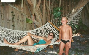 Août 1988. Lors de vacances en famille à Pompano en Floride, avec Micheline, Claude, Mylène et Yanick. Ici Céline pose avec Marc-André.