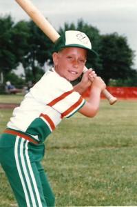 Été 1988. Marc-André a 9 ans. Il joue au baseball pour les A's d'Anjou, une équipe de calibre atome A.