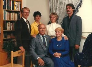Photo de famille qui, je crois, a été prise en 1990 ou 1991. Debout derrière nos parents : Jacques, Martine, Louise et Daniel.