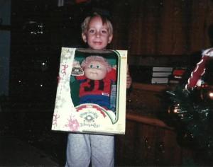 """Noël 1985, conformément à la mode du temps, Marc-André reçoit une poupée """"bout de choux"""" pour Noël... Des mots qu'il aura toujours de la difficulté à prononcer!"""