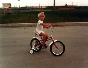 Printemps 1985, Marc-André a cinq ans... et une bicyclette qu'il apprend à maîtriser!