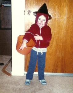 Octobre 1982, Marc-André a un peu plus de trois ans, et il se prépare à passer l'Halloween pour la première fois. On a déjà vu déguisement plus élaboré!
