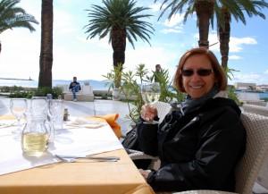 Céline sur une terrasse sur la mer Adriatique