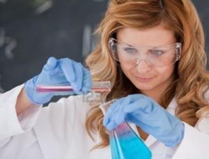 10231919-une-scientifique-realiser-une-experience-dans-un-laboratoire