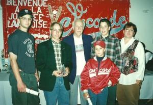 Lors du Gala méritas de fin de saison 1994 du Concorde de Laval, Marc-André reçoit le trophée du joueur ayant démontré le meilleur esprit sportif de son équipe. Il pose ici avec, entre autre, monsieur Raymond Perron... une légende du baseball montréalais.
