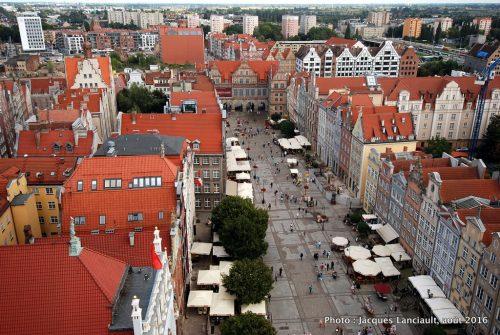 Rue du Long Marché et Porte verte vues du haut de tour de l'Hôtel de Ville, Gdańsk, Pologne
