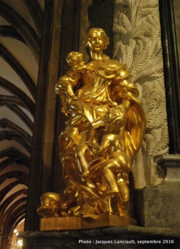 Statue de la Vierge Marie dans l'église Saint-Jean-Baptiste, île Ostrów Tumski, Wrocław, Pologne