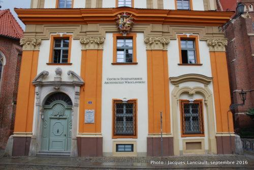 Bâtisse de l'archidiocèse de Wrocław, dotée de superbes armoiries, île Ostrów Tumski, Wrocław, Pologne