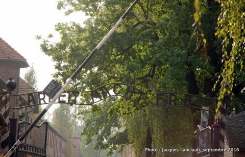 Grille d'entrée du camp de concentration et d'extermination d'Auschwitz-Birkenau, Oświęcim, Pologne