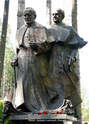 Jean-PaulII et son secrétaire personnel, Stanislaw Dziwisz, parc du sanctuaire Notre-Dame-de-Fatima, Zakopane, Pologne