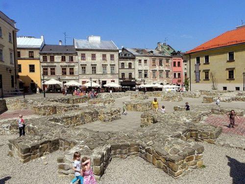La place «après l'église», Lublin, Pologne