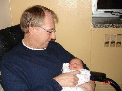 Une première : Chloé dans les bras de grand-papa Jacques.