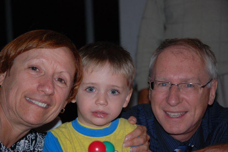 Félix avec sa mamie et son grand-papa Jacques.