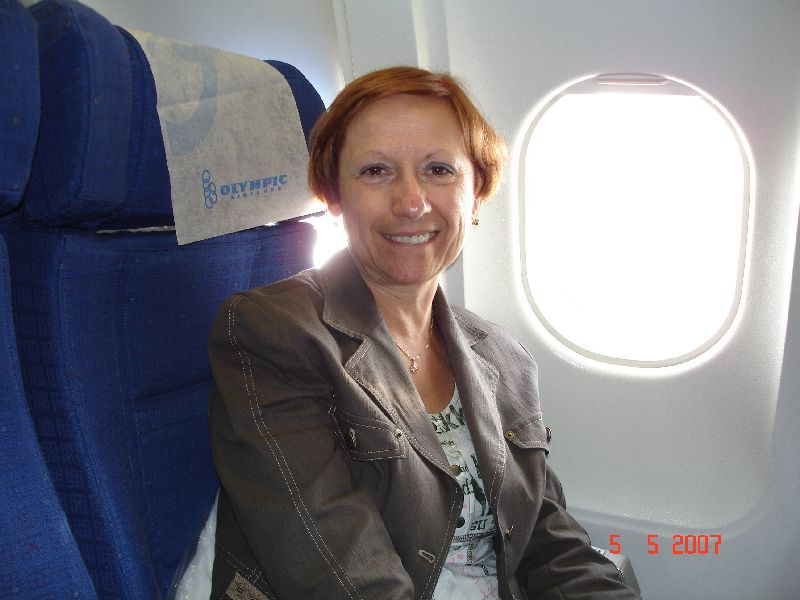 Céline confortablement assis dans l'Airbus d'Olympic Airways.