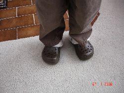 Félix est tout fier de ses nouvelles chaussures : une paire de crocs…