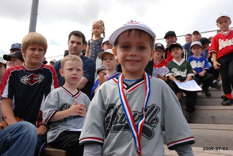 Félix vient de recevoir la toute première médaille de sa carrière de joueur de baseball!