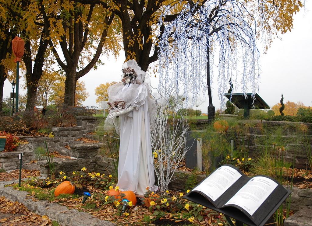 Impressionnants d cors d 39 halloween dans le jardin jeanne d for Dame blanche miroir minuit