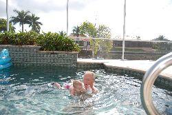 Chloé à la piscine, Cape Coral, Floride.