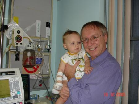 Là je suis dans les bras de mon grand-papa Jacques, toujours à l'hôpital de St-Jérôme.