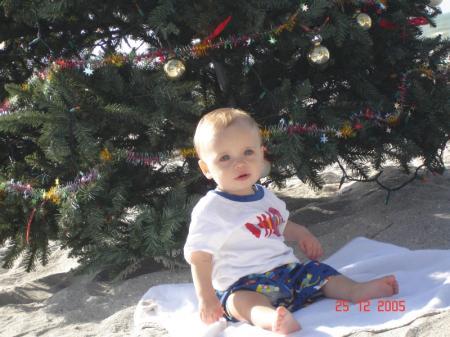 Un arbre de Noël sur la plage.