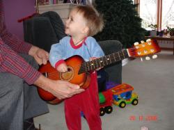 Félix à la guitare.