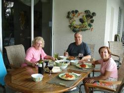 Avec nos invités, nous avons pris le souper sur le bord de la piscine, merveilleux.