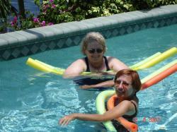 Les deux soeurettes dans la piscine.