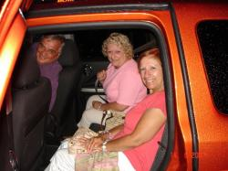 Nos invités Micheline et Claude avec Céline dans notre petite voiture de location. Remarquez que nous n'avions pas le choix de la couleur.