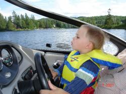 Félix se questionne. Est-ce que notre bateau peut passer par ce petit canal.