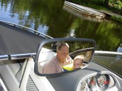 Félix et son grand-papa Jean-Pierre vu du rétroviseur.