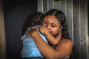 Mikaelle Sousa do Nascimento ficou viúva aos 19 anos, e descobriu uma força que não imaginava ter (Foto: Fernanda Moura/Tribuna do Ceará)