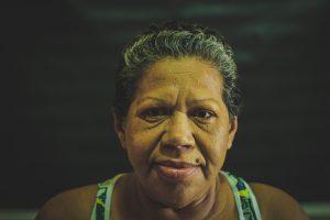 Berenice de Lima Tavares ouviu de casa os tiros que mataram seu marido, que trabalhava em posto vizinho (Foto: Fernanda Moura/Tribuna do Ceará)