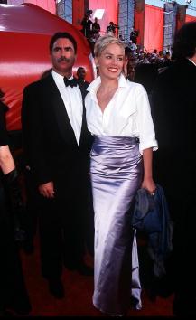 Sharon Stone con camisa de Gap y falda de Vera Wang en 1998