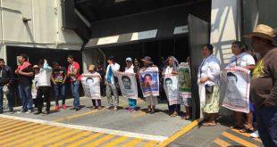 padres-de-los-43-protesta