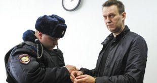 El abogado destacó que Navalny, quien ha expresado sus intenciones de contender a las elecciones presidenciales del próximo año en Rusia, fue liberado del centro de detención este lunes poco después de las 14:00 locales (11:00 GMT), tras el término de los 15 días de su condena administrativa. El líder opositor fue detenido en la calle de Tverskaya de Moscú el domingo 26 de marzo pasado y conducido hasta un camión de la Policía, en medio del reclamo de cientos de seguidores, que trataron de impedir el arresto, atribuida por convocar a una manifestación no autorizada en el centro de la ciudad y por interrumpir el tráfico en un punto estratégico de la capital.